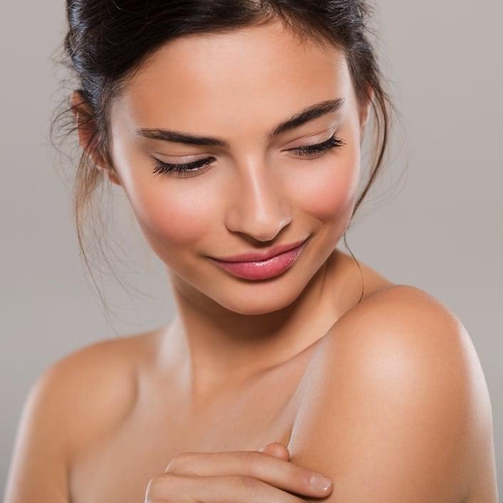 crème corps sur visage